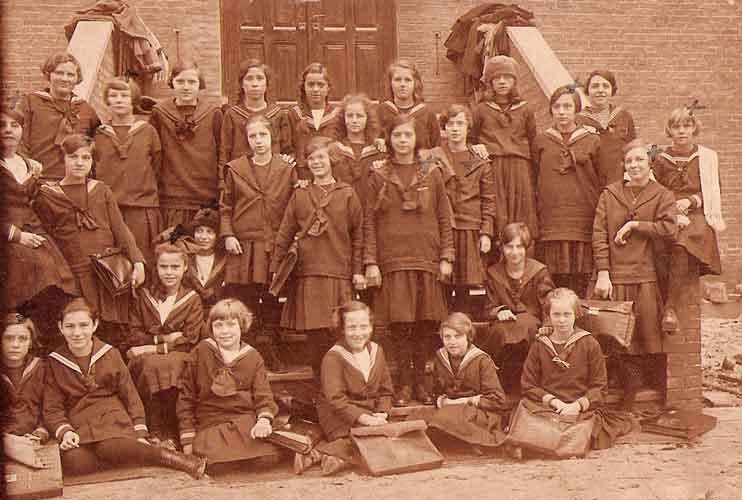 Rechts bij het kruisje is Cara in 1926.