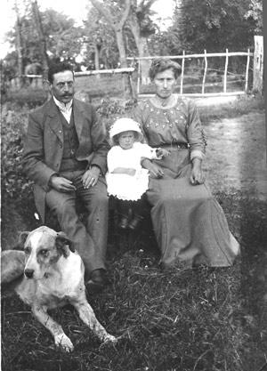 Echtpaar Mathieu Vanwersch (1880-1948) en Hubertina Kullen (1886-1967) met dochter Annie (1914-1997)