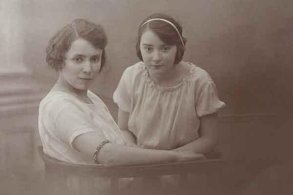 Truus samen met haar zus Mientje (links).