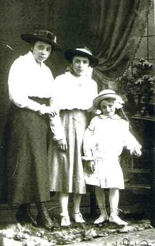 Drie zusjes Marie, Mientje en Truus van Wersch. De foto is uit 1917.
