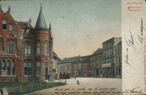 1906. Aan het balkon hangt het bord De Nieuwe Limburger Koerier.