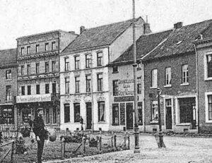 Op het kleinere witte pand van Willem van Wersch stond Behangselpapier, Glas en Verfwaren. Het grote pand van vier verdiepingen was het pand van Weyerhorst de uitgever van de Nieuwe Limburger Koerier. Hier zat later de boekhandel Penners.