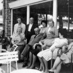 Klanten bij het hotel. De derde links is Marie Gatez, de vrouw van Jean Louis Vanwersch. De vrouw achter de man met de pijp is hun dochter Maggy Vanwersch.